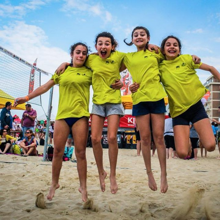 YOUNG VOLLEY ON THE BEACH